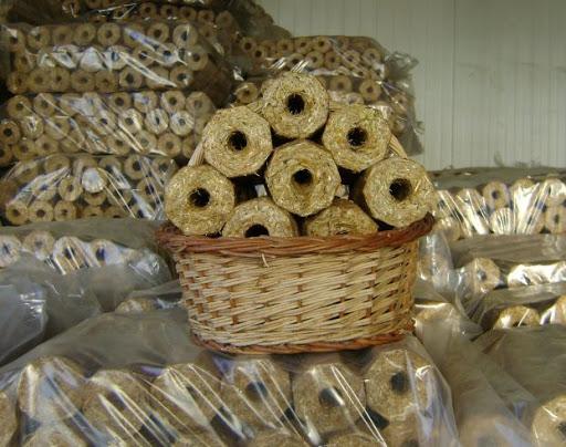 Brichete de foc din paie: afacerea de milioane de lei a unui fermier