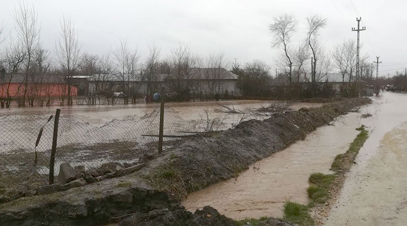 Mai multe gospodarii si culturi agricole, distruse complet de inundatii