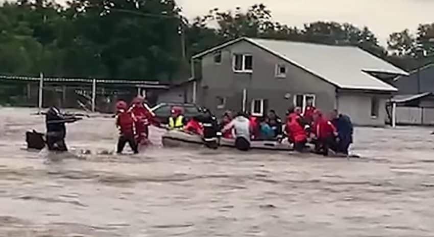 Romania inundata! Zeci de gospodarii scoase de sub ape de pompieri