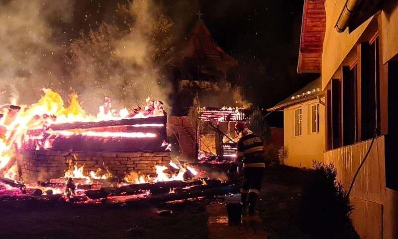 Biserica nimicitade foc. Autospeciala pompierilor nu a avut acces