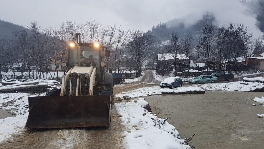 UPDATE- Sute de oameni izolați din cauza inundaților! Drumul a fost luat de apă