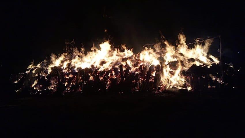 Depozit de furaje, mistuit de flăcări