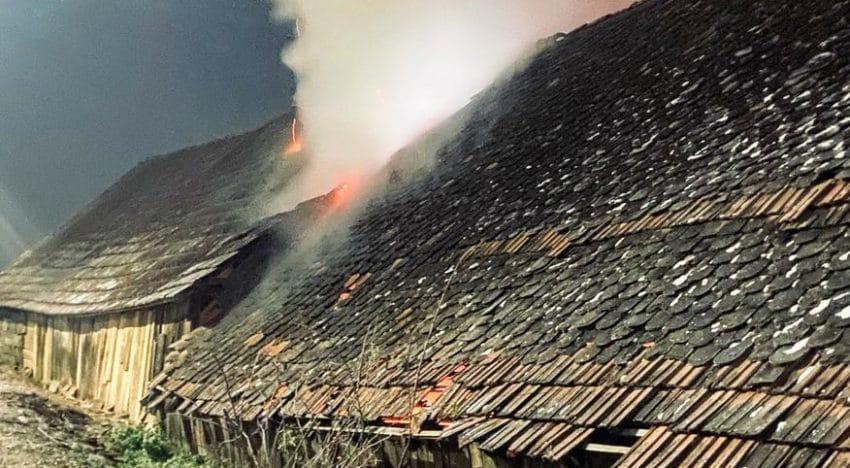 Incendiu izbucnit în șura unui apicultor la 6 dimineața
