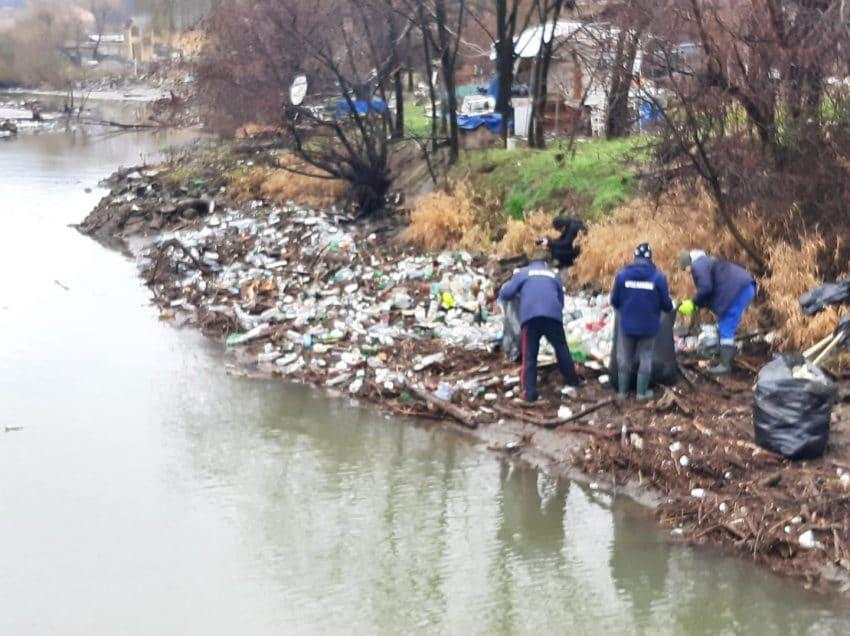 Barajul flotor de la Coramnic s-a rupt. Operațiunile pe râul Cerna se desfășoară cu dificultate